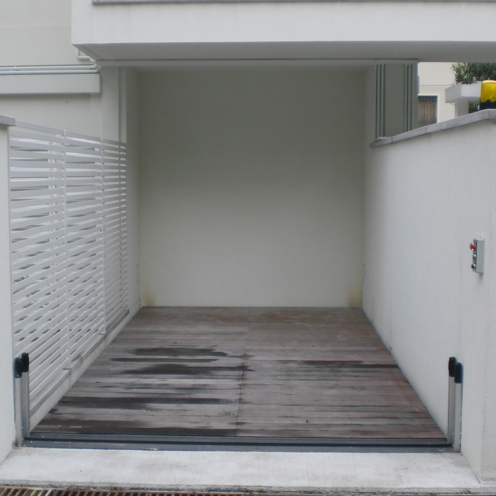 ascensore per auto con pianale rivestito in legno