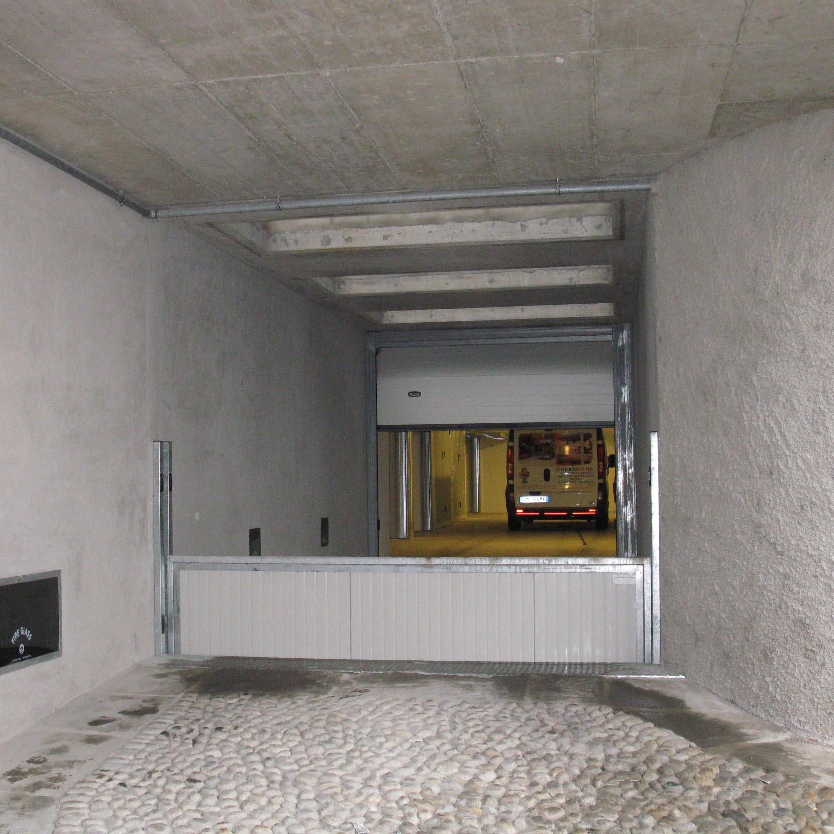 montauto con doppio cancello piano terra